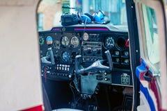 Cockpit eines kleinen Flugzeuges lizenzfreie stockfotos