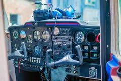 Cockpit eines kleinen Flugzeuges lizenzfreie stockbilder
