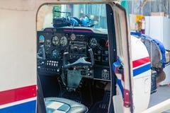 Cockpit eines kleinen Flugzeuges stockfotografie