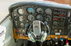 Cockpit eines kleinen HandelsFlugzeugs lizenzfreies stockfoto