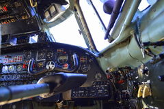Cockpit för militärt flygplan Arkivbild