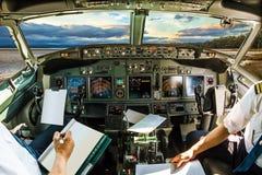 Cockpit på solnedgången royaltyfri foto