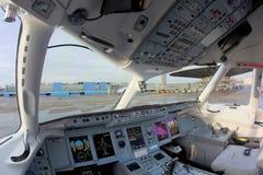 Cockpit RA-89004 för Tsentr-Yug Sukhoi Superjet 100 på Sheremetyevo den internationella flygplatsen Arkivbild