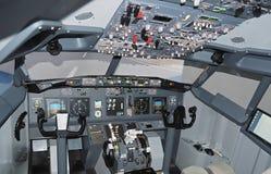 Cockpit van Boeing 737 vliegtuig stock foto
