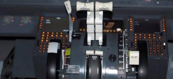 Cockpit van Boeing 737 vliegtuig royalty-vrije stock afbeeldingen