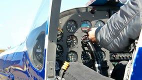 Cockpit van een sportenvliegtuig stock footage