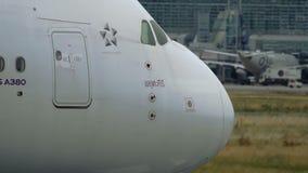 Cockpit van grootste burgerlijk vliegtuig stock videobeelden