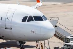 Cockpit von einem Flugzeug auf Flughafen stockfotografie