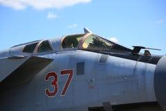 Cockpiten av rysskämpe-militärt jaktplan MiG-31BM RF-95448 med det luftburna numret 37 som är rött mot den blåa himlen Närbild arkivbild