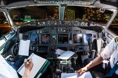 Cockpitflug auf Honolulu-Nacht lizenzfreies stockfoto