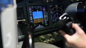 Cockpitskärmpanel medan flygplanhuvud upp