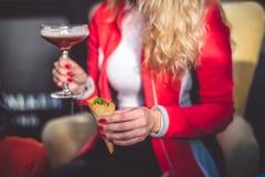 Cocktail à disposição Fotos de Stock