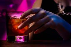 Cocktail à la boîte de nuit Photographie stock libre de droits