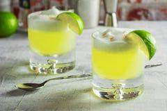 Cocktail ácido de Pisco com equipamento da barra imagens de stock