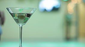 Cocktail élégant avec des danseurs de tango banque de vidéos