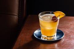 Cocktail aigre d'Amaretto sur les roches dans la barre photographie stock libre de droits