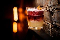 Cocktail aigre de New York, décoré du citron sur le fond de mur Photos libres de droits