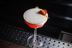 Cocktail aigre rose avec le blanc d'oeuf photo stock
