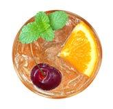 Cocktail alaranjado com opinião superior da cereja e da hortelã isolado no branco fotos de stock