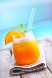 Cocktail alaranjado tropical de refrescamento foto de stock