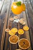 Cocktail alcoólico alaranjado fotos de stock