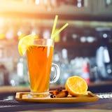 Cocktail alcoólico alaranjado em um vidro com limão e palhas em vagabundos fotos de stock