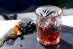 Cocktail alcoólico clássico do padrinho nas rochas de vidro imagens de stock