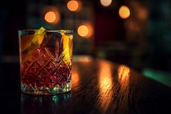 Cocktail alcoólico colorido com limão e gelo na barra fotos de stock royalty free