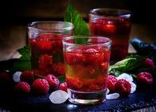 Cocktail alcoólico com álcool forte, xarope e raspberr fresco imagem de stock royalty free