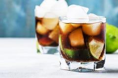 Cocktail alcoólico com cola, cal, vodca e gelo, foc seletivo foto de stock royalty free