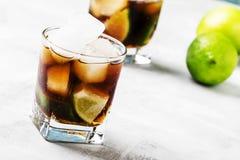 Cocktail alcoólico com cola, cal, vodca e gelo, foc seletivo imagem de stock