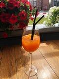 Cocktail alcoólico com gim e laranja no café foto de stock royalty free