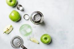 Cocktail alcoólico com maçã verde e vermute seco, xarope, lem imagens de stock royalty free