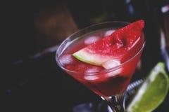 Cocktail alcoólico com melancia, vodca, xarope, suco de lima e imagens de stock royalty free