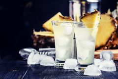 Cocktail alcoólico com o suco de abacaxi, o absinto e o gelo, pretos fotos de stock