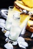 Cocktail alcoólico com o suco de abacaxi, o absinto e o gelo, pretos imagens de stock royalty free