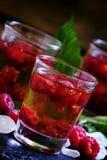 Cocktail alcoólico com uísque, açúcar e framboesas, selectiv imagem de stock