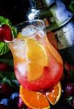 Cocktail alcoólico com vinho branco efervescente, morangos, oran imagens de stock royalty free