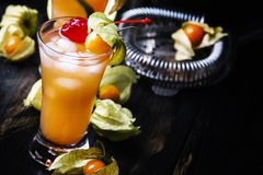 Cocktail alcoólico com vodca, licor, amargo, suco de lima, deco imagens de stock