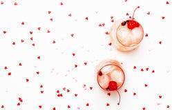 Cocktail alcoólico cor-de-rosa para o dia de Valentim, dois vidros, b branco foto de stock royalty free