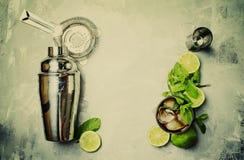 Cocktail alcoólico Cuba Libre, com rum, suco de lima, cola e CI imagem de stock