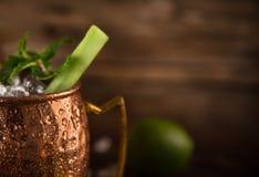 Cocktail alcoólico da mula famosa de Moscou nas canecas de cobre foto de stock royalty free