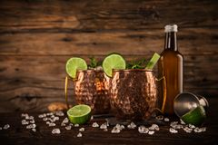 Cocktail alcoólico da mula famosa de Moscou nas canecas de cobre imagens de stock royalty free