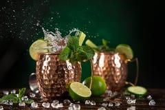 Cocktail alcoólico da mula famosa de Moscou nas canecas de cobre imagem de stock
