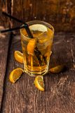 Cocktail alcoólico delicioso com limão e cal, partes de gelo fotos de stock royalty free