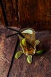 Cocktail alcoólico delicioso com limão e cal, partes de gelo imagem de stock