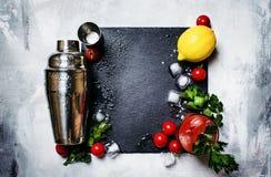 Cocktail alcoólico do Bloody Mary com tomate vermelho, suco de limão, quente foto de stock