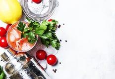 Cocktail alcoólico do Bloody Mary com tomate vermelho, suco de limão, quente fotografia de stock