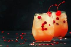 Cocktail alcoólico festivo com as cerejas de marasquino vermelhas para o vale foto de stock royalty free