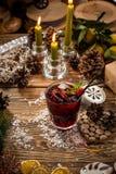 Cocktail alcoólico vermelho com gelo e cereja na tabela de madeira no fundo decorado Natal imagem de stock